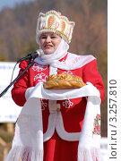 Купить «Женщина в национальной одежде приветствует хлебом-солью участников фестиваля. Усть-Баргузин», фото № 3257810, снято 10 апреля 2009 г. (c) Александр Подшивалов / Фотобанк Лори