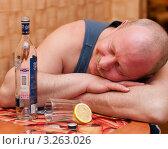 Купить «Пьяный мужчина заснул за столом», эксклюзивное фото № 3263026, снято 16 февраля 2012 г. (c) Игорь Низов / Фотобанк Лори