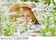 Девочка в соломенной шляпе в ромашковом поле. Стоковое фото, фотограф Икан Леонид / Фотобанк Лори