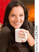 Купить «Очаровательная молодая женщина с чашкой горячего чая в руках на фоне камина (крупный план)», фото № 3264094, снято 11 ноября 2011 г. (c) CandyBox Images / Фотобанк Лори