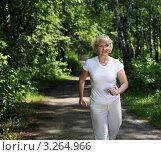 Купить «Пожилая женщина совершает пробежку в летнем парке», фото № 3264966, снято 14 июня 2019 г. (c) Sergey Nivens / Фотобанк Лори