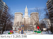 Купить «Элитное жилье в Москве в обрамлении стандартных панельных многоэтажек», эксклюзивное фото № 3265598, снято 18 февраля 2012 г. (c) Наталья Волкова / Фотобанк Лори