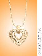 Золотая подвеска в форме сердца на градиентном фоне. Стоковое фото, фотограф Elnur / Фотобанк Лори