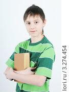 Мальчик держит в руках книгу. Стоковое фото, фотограф Владимир Одегов / Фотобанк Лори