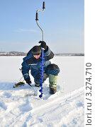 Купить «Рыболов делает лунку ледобуром», эксклюзивное фото № 3274710, снято 18 февраля 2012 г. (c) Елена Коромыслова / Фотобанк Лори