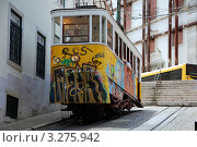 Купить «Трамвай (лифт Глория)  на узкой улочке в Лиссабоне, Португалия», фото № 3275942, снято 6 июля 2011 г. (c) Светлана Колобова / Фотобанк Лори