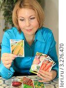 Купить «Девушка выбирает семена», фото № 3276470, снято 21 февраля 2012 г. (c) Надежда Глазова / Фотобанк Лори