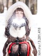 Девушка и снег. Стоковое фото, фотограф Костырина Елена / Фотобанк Лори