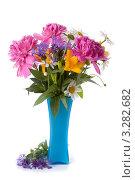 Букет цветов в голубой вазе. Стоковое фото, фотограф Елена Блохина / Фотобанк Лори