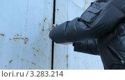 Купить «Мужчина открывает гаражный замок. Городской гаражный кооператив с металлическими гаражами зимой», видеоролик № 3283214, снято 23 февраля 2012 г. (c) Mikhail Erguine / Фотобанк Лори