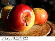 Желто-красные яблоки на деревянной разделочной доске. Стоковое фото, фотограф Ершова Дора Владимировна / Фотобанк Лори
