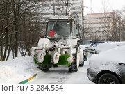 Купить «Трудности механизированной уборки снега в городских дворах», эксклюзивное фото № 3284554, снято 12 февраля 2012 г. (c) Щеголева Ольга / Фотобанк Лори