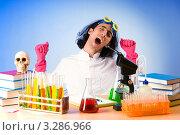 Купить «Усталый химик в лаборатории зевает», фото № 3286966, снято 9 июля 2011 г. (c) Elnur / Фотобанк Лори