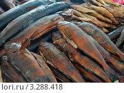 Купить «Копчёная рыба на прилавке рынка», эксклюзивное фото № 3288418, снято 4 января 2012 г. (c) Константин Косов / Фотобанк Лори