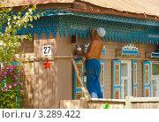 Купить «Город Мышкин. Пенсионер украшает свой дом», фото № 3289422, снято 24 июля 2011 г. (c) Зобков Георгий / Фотобанк Лори