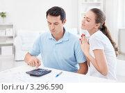 Купить «Молодая пара подсчитывает бюджет на калькуляторе», фото № 3296590, снято 6 октября 2011 г. (c) Raev Denis / Фотобанк Лори