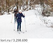 Счастливая семья.Дочка и мама на лыжах едут по зимнему лесу (2012 год). Редакционное фото, фотограф Игорь Низов / Фотобанк Лори