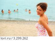 Купить «Счастливая молодая женщина в розовой майке стоит на песчаном пляже», фото № 3299262, снято 18 июля 2010 г. (c) Losevsky Pavel / Фотобанк Лори