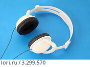 Купить «Белые стереонаушники на голубом фоне», фото № 3299570, снято 14 декабря 2017 г. (c) Losevsky Pavel / Фотобанк Лори