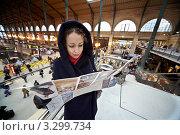 Купить «Девушка с картой Парижа на вокзале», фото № 3299734, снято 31 декабря 2009 г. (c) Losevsky Pavel / Фотобанк Лори