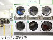 Купить «Ряд стиральных машин в пустой автоматической прачечной», фото № 3299970, снято 3 января 2010 г. (c) Losevsky Pavel / Фотобанк Лори