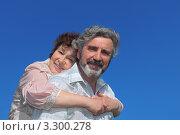 Портрет счастливой пожилой пары на фоне голубого неба. Стоковое фото, фотограф Losevsky Pavel / Фотобанк Лори