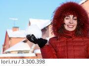 Купить «Красивая улыбающаяся женщина в красном пуховике держит в руке снежок», фото № 3300398, снято 17 января 2010 г. (c) Losevsky Pavel / Фотобанк Лори