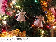 Купить «Блестящие колокольчики и мишура на рождественской елке», фото № 3300534, снято 12 января 2011 г. (c) Losevsky Pavel / Фотобанк Лори