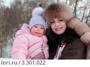 Купить «Счастливая мама с дочкой в зимней одежде на улице», фото № 3301022, снято 31 января 2010 г. (c) Losevsky Pavel / Фотобанк Лори