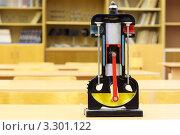 Купить «Модель двигателя внутреннего сгорания в школьном классе», фото № 3301122, снято 14 октября 2010 г. (c) Losevsky Pavel / Фотобанк Лори