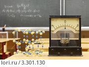 Купить «Гальванометр и кристаллическая решетка на школьной парте», фото № 3301130, снято 14 октября 2010 г. (c) Losevsky Pavel / Фотобанк Лори