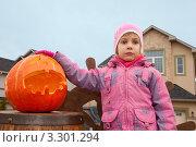 Купить «Маленькая девочка рядом с тыквой», фото № 3301294, снято 18 июля 2019 г. (c) Losevsky Pavel / Фотобанк Лори