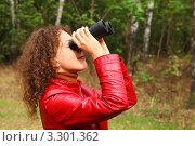 Купить «Девушка в красной куртке смотрит в бинокль на природе», фото № 3301362, снято 5 сентября 2010 г. (c) Losevsky Pavel / Фотобанк Лори