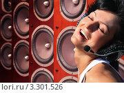 Купить «Счастливая девушка слушает музыку, фон из музыкальных колонок», фото № 3301526, снято 18 июля 2018 г. (c) Losevsky Pavel / Фотобанк Лори