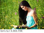 Купить «Девушка читает книгу на летнем лугу», фото № 3303194, снято 19 июня 2010 г. (c) Иван Михайлов / Фотобанк Лори