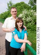Молодая пара в парке. Стоковое фото, фотограф Ольга Богданова / Фотобанк Лори