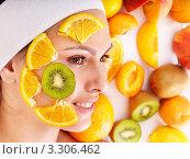 Натуральная фруктовая маска на лице женщины. Стоковое фото, фотограф Gennadiy Poznyakov / Фотобанк Лори