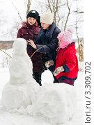 Купить «Три девочки внимательно смотрят на  снеговика», эксклюзивное фото № 3309702, снято 25 февраля 2012 г. (c) Игорь Низов / Фотобанк Лори