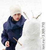 Купить «Девочка подросток внимательно смотрит на  снеговика», эксклюзивное фото № 3309710, снято 25 февраля 2012 г. (c) Игорь Низов / Фотобанк Лори