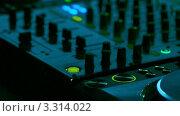 Купить «Диджей работает в клубе», видеоролик № 3314022, снято 27 июня 2011 г. (c) Андрей Прохоров / Фотобанк Лори