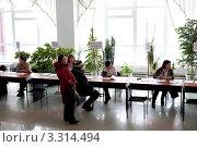 Купить «Избирательный участок. Оформление бюллетеней. Выборы президента 4 марта 2012 года», фото № 3314494, снято 4 марта 2012 г. (c) Александр Подшивалов / Фотобанк Лори