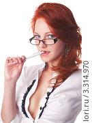 Красивая рыжая девушка прикусила ручку. Стоковое фото, фотограф Симон Герреро Ушаков / Фотобанк Лори