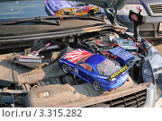 Радиоуправляемый автомобиль на зарядке аккумулятора (2011 год). Редакционное фото, фотограф Алёшина Оксана / Фотобанк Лори