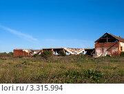 Купить «Разрушенное здание в поле», эксклюзивное фото № 3315994, снято 28 мая 2011 г. (c) Зобков Георгий / Фотобанк Лори