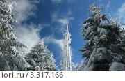 Заснеженная вышка сотовой связи на фоне неба, видеоролик № 3317166, снято 3 апреля 2011 г. (c) Андрей Прохоров / Фотобанк Лори