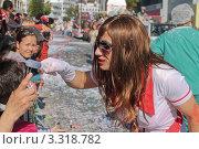 Мужчина в костюме медсестры на карнавале в Лимасоле, Кипр (2011 год). Редакционное фото, фотограф Павел Михеев / Фотобанк Лори
