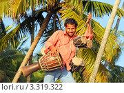 Парень продает барабаны (2012 год). Стоковое фото, фотограф Кудрявцева Светлана / Фотобанк Лори