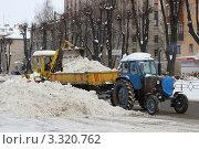 Уборка снега на городской улице (2012 год). Редакционное фото, фотограф Георгий Чернилевский / Фотобанк Лори
