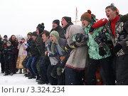 Толпа людей играет на зимнем празднике (2009 год). Редакционное фото, фотограф Потолоков Роман Игоревич / Фотобанк Лори