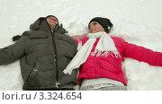 Счастливая пара падает в снег. Стоковое видео, видеограф Владимир Никулин / Фотобанк Лори